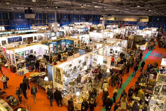Visitantes observando antigüedades Feria de Antigüedades, Arte y Coleccionismo